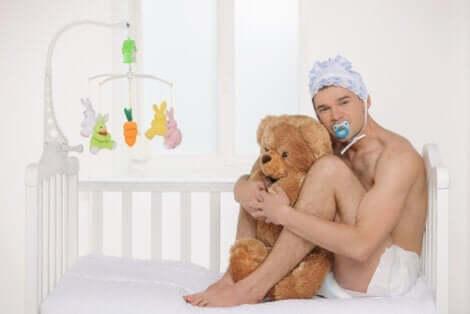 Autonepiophilie - Mann mit Teddy im Kinderbett