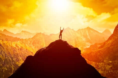 Dein Selbstbild - Frau auf einem Berggipfel