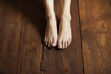 Erdung - nackte Füße auf einem Holzboden