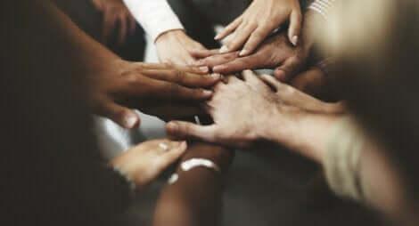 Friedliche Koexistenz - Kreis aus Händen