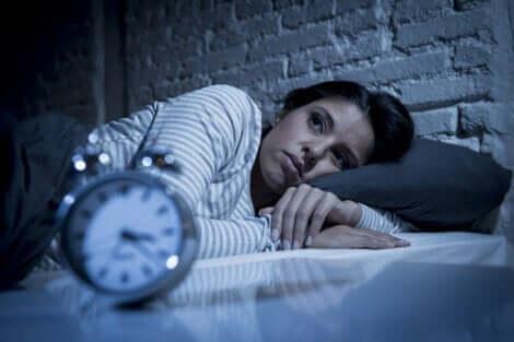 Hypnomanie - schlaflose Frau im Bett