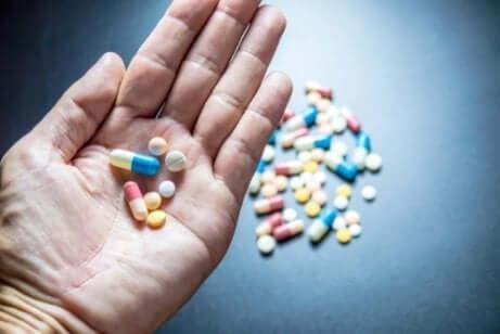 Hypnotika und Anxiolytika - eine Hand mit Tabletten