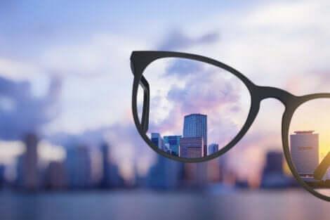 Realität akzeptieren - Blick durch ein Brillenglas