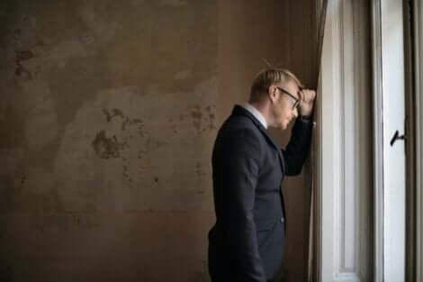 Schwächen akzeptieren - Mann lehnt am Fenster