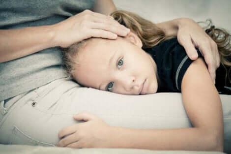 Kind Angst hat - Mädchen bei seiner Mutter