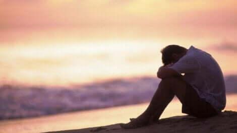 psychisch missbrauchen - trauriger Mann am Strand