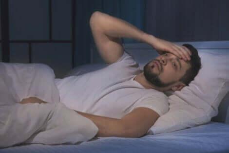 schlechter Schlaf - schlafloser Mann im Bett