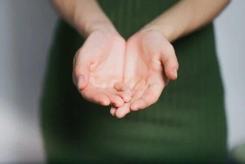Hände einer Frau mit Gerstmann-Syndrom