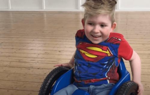Noah Wall, die Geschichte des Jungen mit Gehirnwachstum