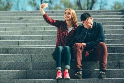 Die pathologische Distanz zwischen deinen Gefühlen und dem, was du in den sozialen Netzwerken teilst