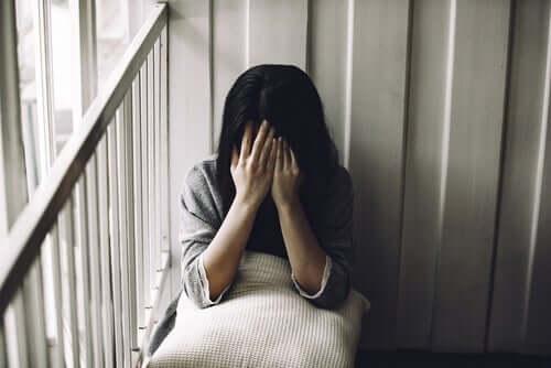 Body Dysmorphic Disorder - verzweifelte Frau