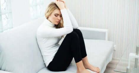 Trennungsangststörung - ängstliche Frau auf dem Sofa