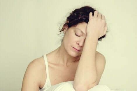 müde macht - Frau mit geschlossenen Augen