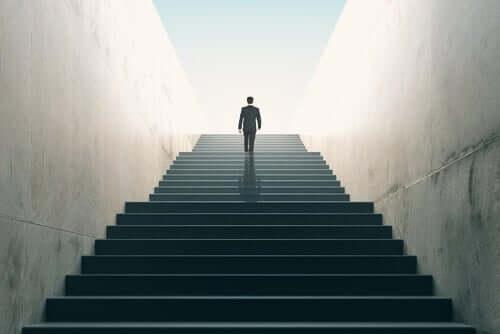 menschliche Entwicklung - Mann geht eine Treppe hinauf