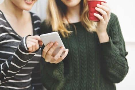 pathologische Distanz - 2 Mädchen mit Smartphone