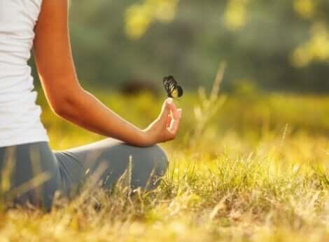 Angst vor der Stille - Frau mit einem Schmetterling
