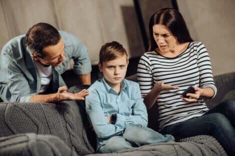 Dysfunktionalität - Eltern sprechen mit ihrem Sohn