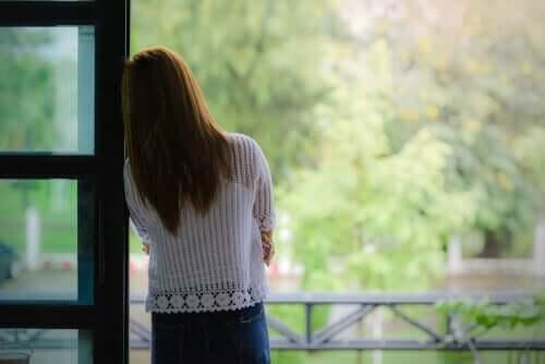 Einsamkeit als Mutter - Frau sieht aus dem Fenster