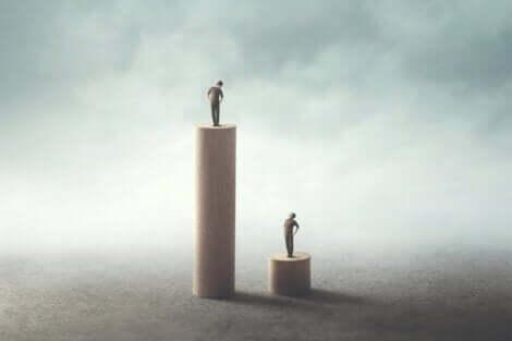Generationentheorie - zwei Menschen auf unterschiedlich hohen Säulen
