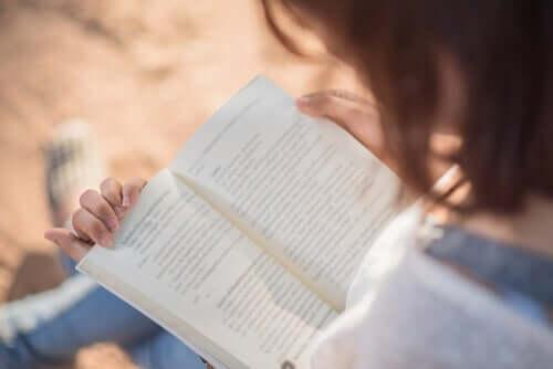 Herz und Gehirn - Frau liest ein Buch