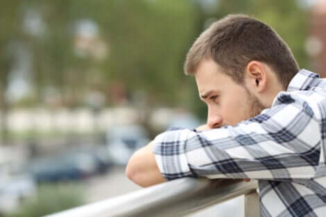 Trennungsangststörung - trauriger Mann lehnt an Geländer