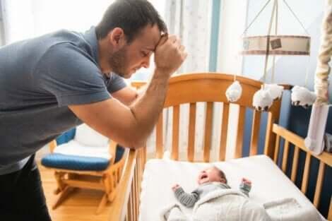 Vaterschaft - Vater mit weinendem Baby