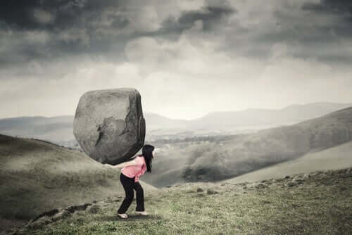 deinen Ängsten - Frau trägt großen Felsblock
