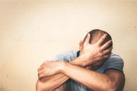 müde macht - Mann mit Hand vor dem Gesicht