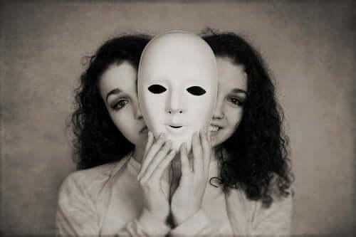 moralische Lizenz - Frau mit zwei Gesichtern und einer Maske