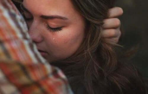 vermisste Person - weinende Frau an der Schulter eines Mannes