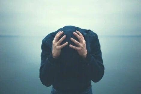 Ein Mann mit Agoraphobie hat extreme Angst.