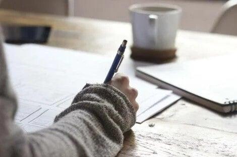 Eine Person am Schreibtisch entwirft einen Plan und hat keine freie Minute..