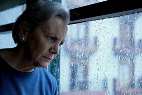 Patria - eine Frau sieht aus dem Fenster