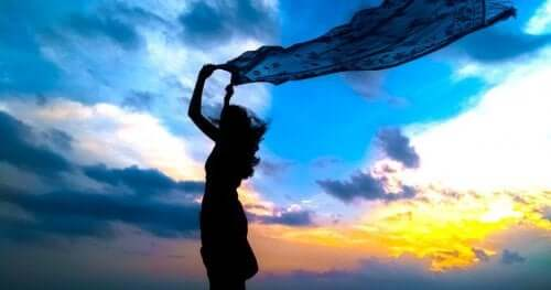 Deine eigene Reaktion - Frau mit Schal im Wind
