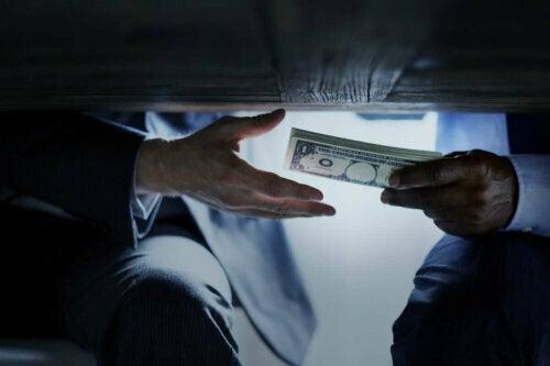 Geist einer korrupten Person - Geldübergabe unter dem Tisch