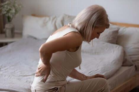 Schlaf und chronische Schmerzen - Frau mit Rückenschmerzen