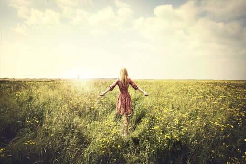 Willenskraft und Selbstkontrolle - Frau in einem Feld