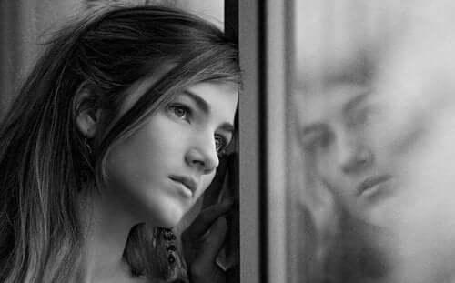 autistische Menschen - Frau blickt aus dem Fenster