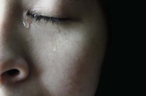 deine Augen schließen - weinende Frau