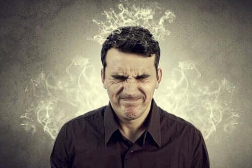 Auswirkungen von Misstrauen - Mann mit rauchendem Kopf