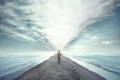 Deine Gedanken - Mann läuft am Meer