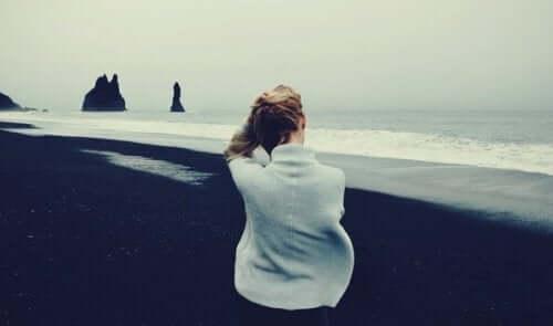 Deine eigene Reaktion - Frau sitzt am Meer
