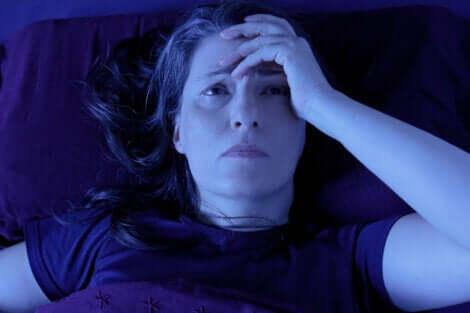 Schlaf und chronische Schmerzen - Frau mit Kopfschmerzen