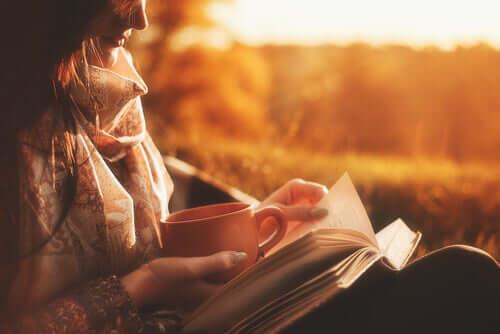 Wenn du jemanden liebst - Frau liest ein Buch