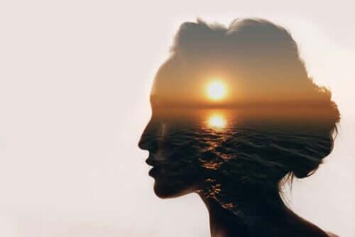 deine Augen schließen - Profil einer Frau mit Meeresreflexion