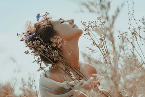 nicht aufgeben - Frau in Blumenwiese