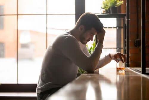 Nach Ansicht der Experten ist Alkoholismus eine biopsychosoziale Störung