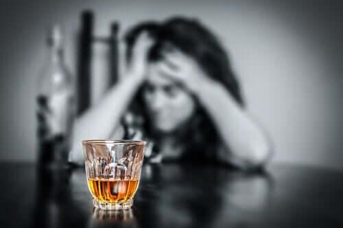 Die Selbsttäuschung im Alkoholismus lässt dich weiter an dich glauben
