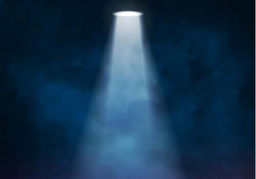 Der Spotlight-Effekt: Warum es so scheint, als würden dich alle ansehen