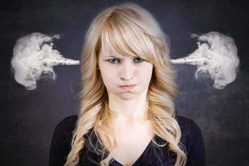 Calimero-Syndrom - wütende Frau